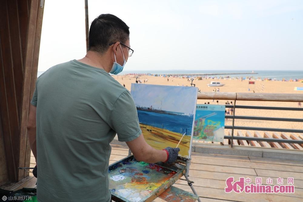 <br/>  活动还吸引了一些美术爱好者在现场写生作画,一些摄影爱好者拍摄精彩快乐的瞬间。潍坊滨海欢乐海是国家4A级景区,来这里旅游不仅能体验到蓝天大海和沙滩带来的快乐,更能体验到放飞风筝带来的欢乐。<br/>