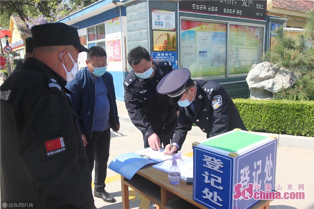 <br/>  火车站派出所所长李涛,到南关中学开展安保检查,督促学校做好复学前的准备工作。<br/>