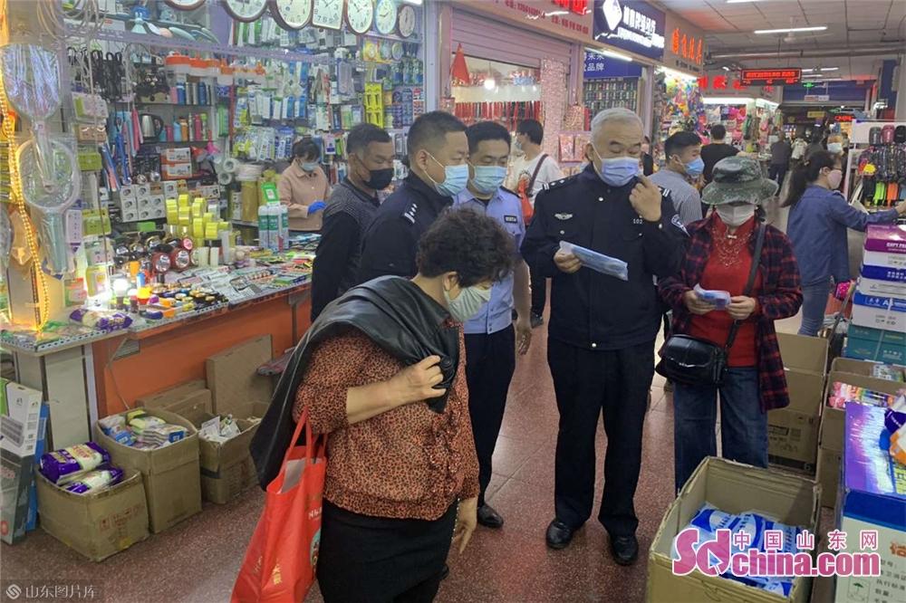 <br/>  省厅援潍工作队队员检查营业商铺。<br/>