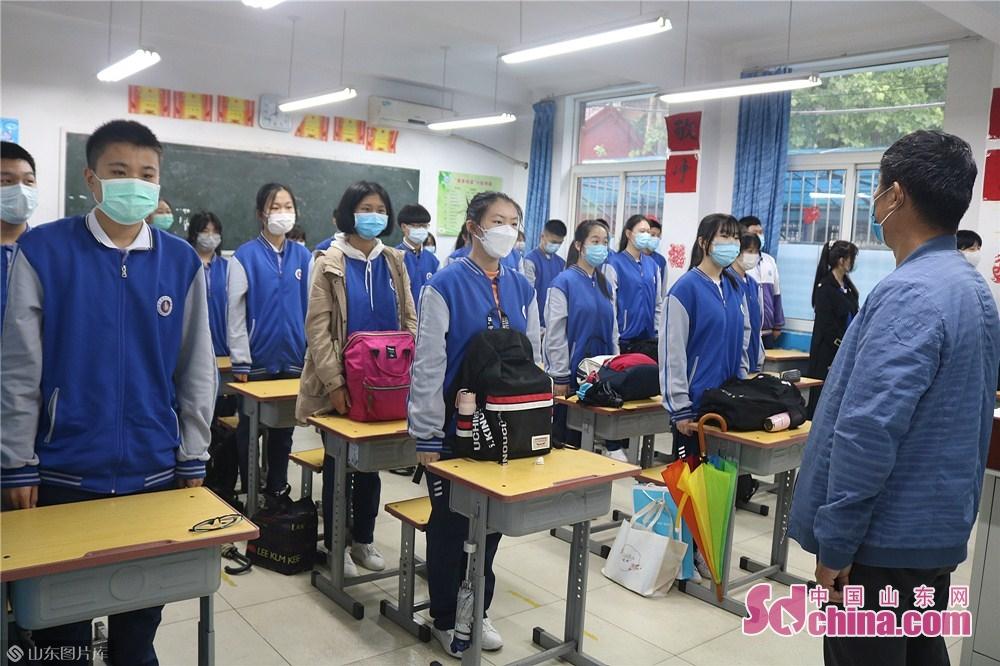 <br/>  济南博文中学开学第一天,全体师生举行室内升国旗仪式。<br/>