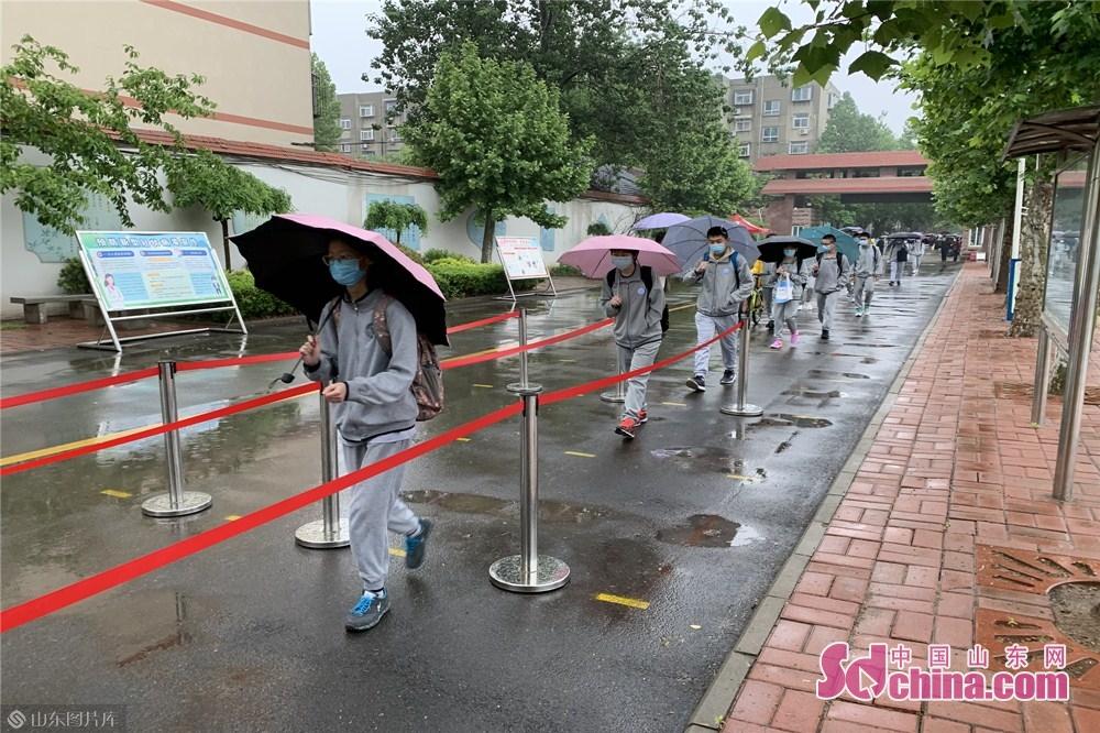 <br/>  5月8日,济南初中毕业年级迎来开学日。山东省济南汇文实验学校的初三学生保持两米安全距离,有序进入学校。<br/>
