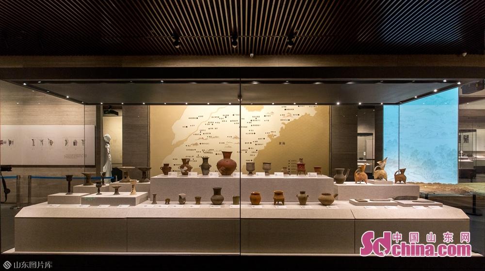 山東省済寧市(孔子の故郷)に位置する孔子博物館は漢代様式の模倣を基調とした総合的な機能を備えた大型現代化博物館だ。所蔵されている展示品は孔府が千百年間で蓄積した秘蔵文化財だ。<br/>