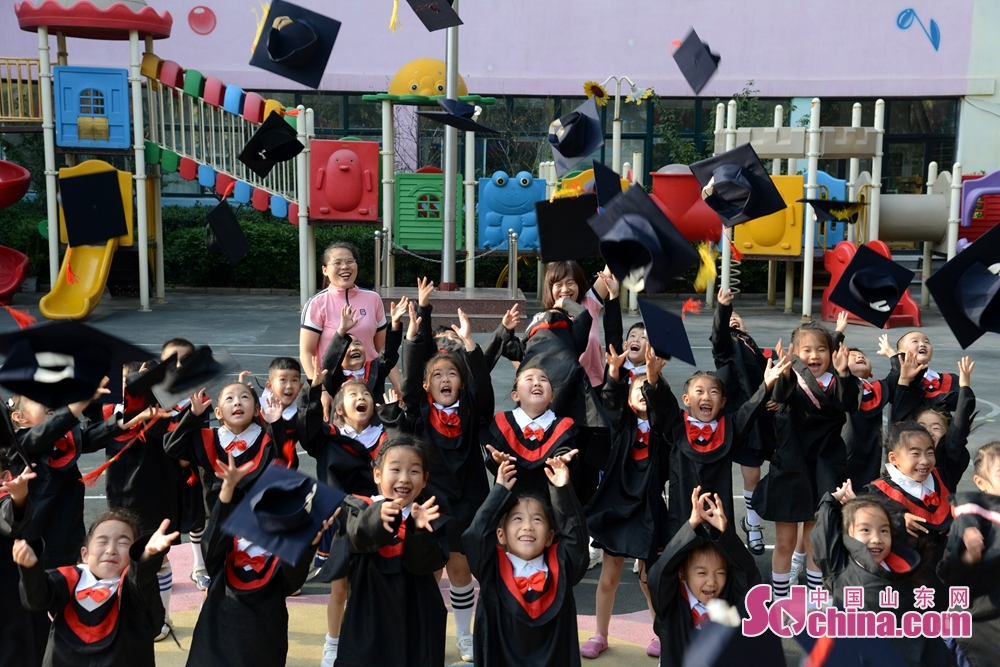<br/>  山东省聊城市茌平区实验幼儿园北园区大班幼儿师生拍摄纪念照现场。
