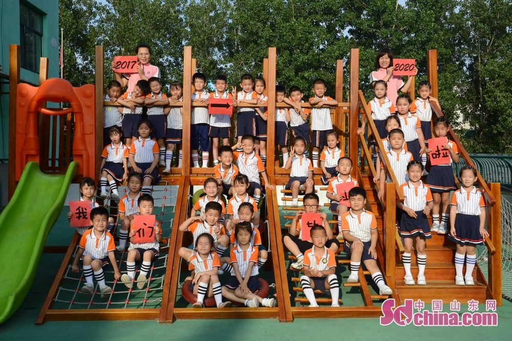 <br/>  近日,山东省聊城市茌平区实验幼儿园北园区,400余名孩子即将迎来人生的第一张毕业证,他们在老师的引导下留下了幼儿园难忘的最后印记。新颖的造型,欢乐的笑脸,天真的童趣,幸福写在每一个孩子的脸上。<br/>
