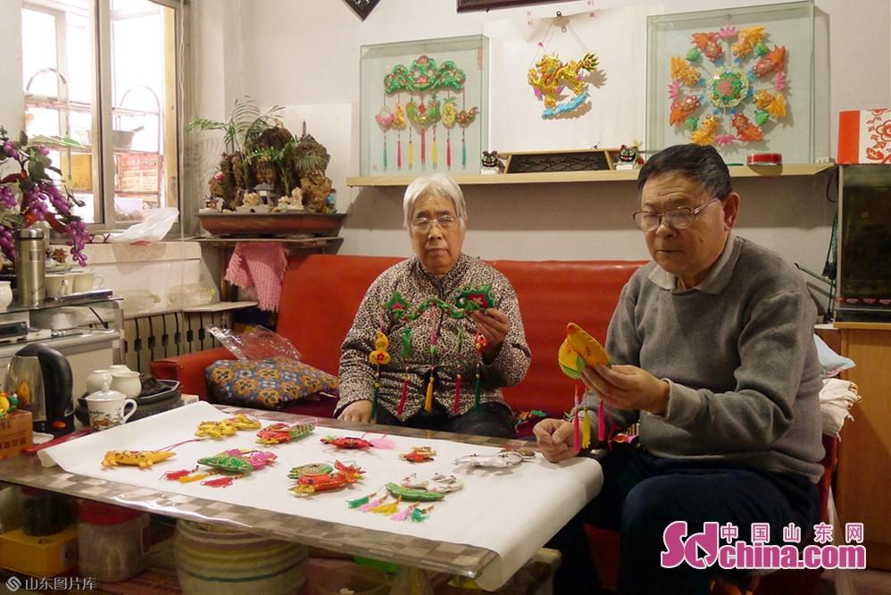 <br/>  在博山区大街有一位退休老人张学珍,自己制作香包几十年。在交谈时得知,张学珍是自小有香包情缘,多年来收集了不少的传统花样图纸,又添加了自己的设计构思,才完成了如此丰富多彩的香包作品。<br/>