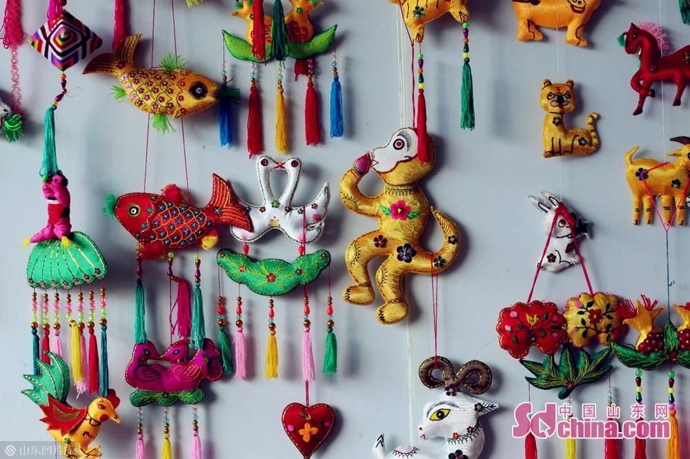 <br/>  端午节是中国四大传统节日之一,除了香糯美味的粽子,还有佩戴香包的习俗,意在防疫祛病、避瘟驱毒、祈求健康。时代在变迁,端午的风俗也在不断融合、不断变化。但端午节人们对美好未来的憧憬和企盼始终没有改变。<br/>