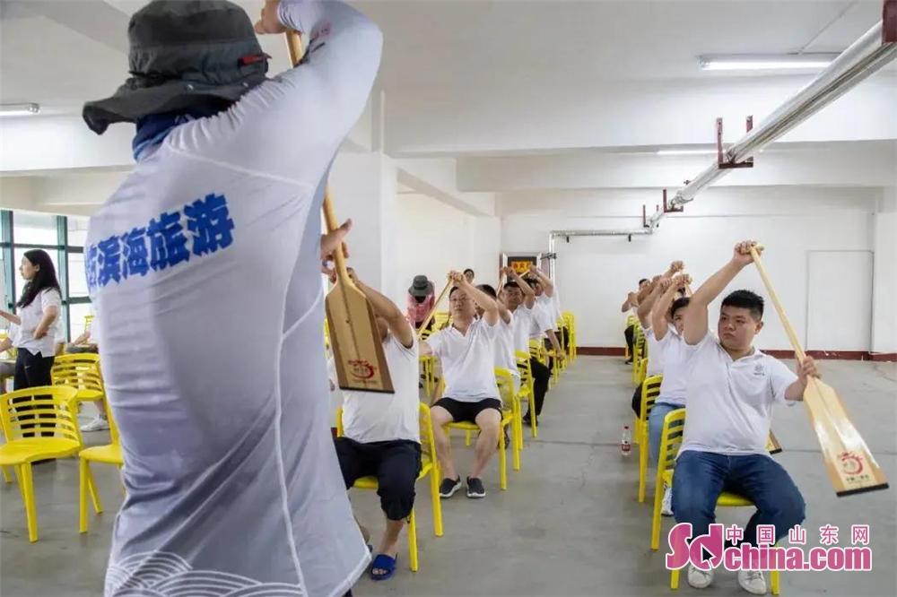 <br/>  教练从上船坐姿、握桨手势、划桨动作等方面向大家一一讲解。<br/>