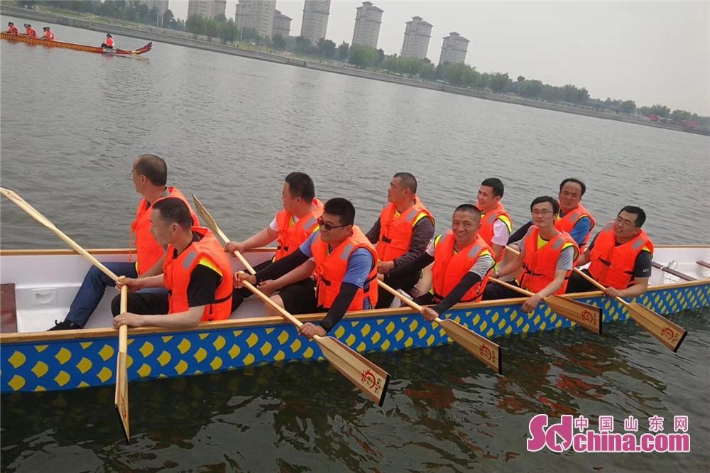<br/>  参加比赛的队员们,随着&ldquo;咚咚咚&rdquo;有节奏的鼓点,喊起响亮的口号,在宽阔的白浪河水面上振臂挥桨,你追我赶,奋勇争先。