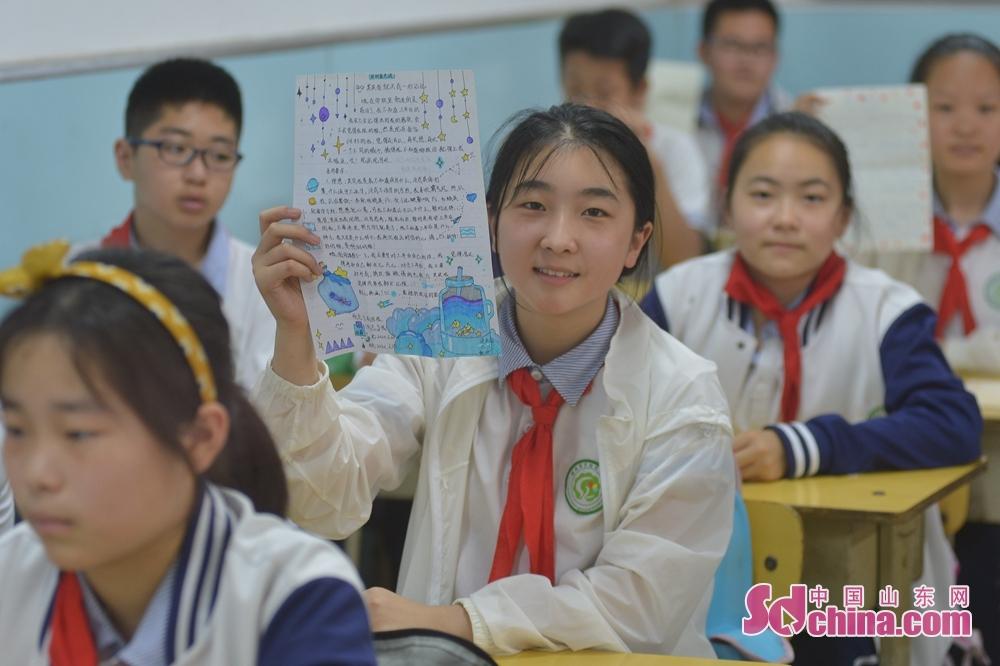 <br/>  一名青岛重庆路第二小学六年级的学生在毕业课堂上展示&ldquo;致未来&rdquo;信函。<br/>