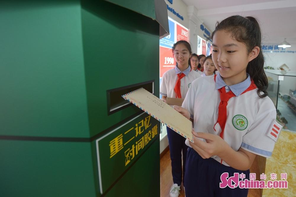 <br/>  青岛重庆路第二小学六年级的学生们在校史室设立的&ldquo;重二邮局&middot;时间胶囊&rdquo;上寄出&ldquo;致未来&rdquo;信函。