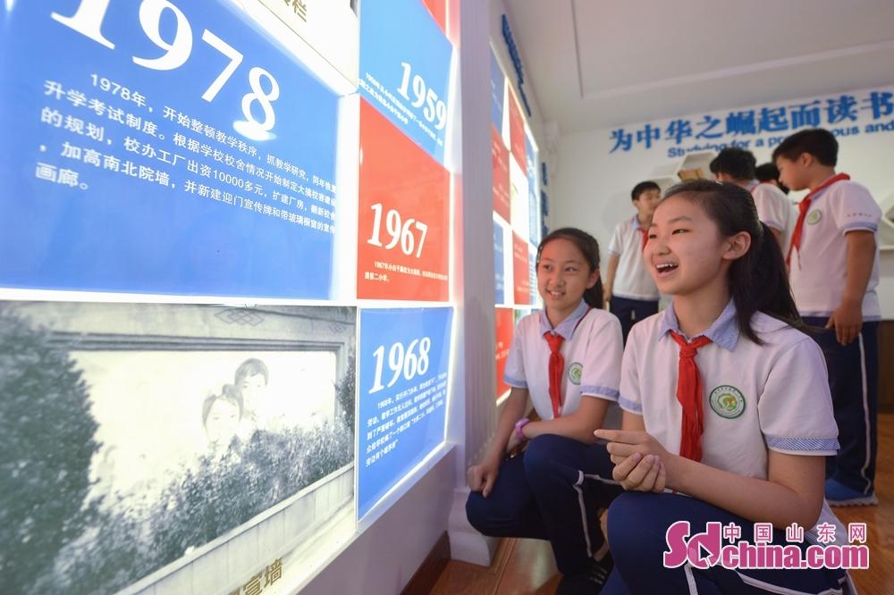 <br/>  学生们在青岛重庆路第二小学校史室参观了解学校发展历程。<br/>