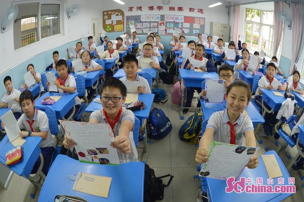 <br/>  青岛重庆路第二小学六年级的学生们在毕业课堂上展示自己写给未来的信函。<br/>