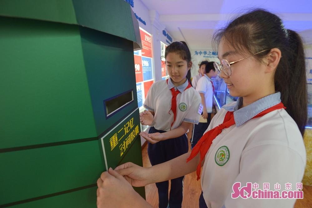 <br/>  两名青岛重庆路第二小学六年级的学生在校史室为&ldquo;重二邮局&middot;时间胶囊&rdquo;启动贴上&ldquo;重二记忆&rdquo;标识。<br/>