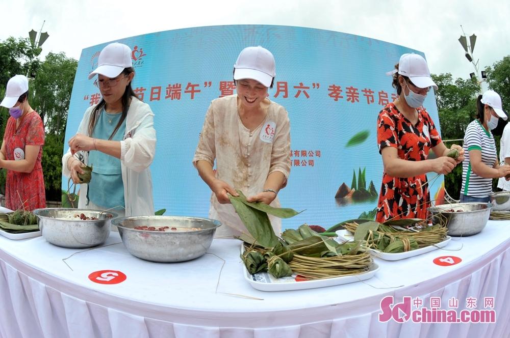 <br/>  在青岛市城阳区韩家民俗村举办的端午主题活动上,村民参加包粽子比赛。<br/>