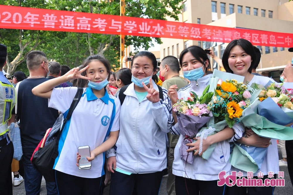 <br/>  高考结束,几名考生面对镜头露出轻松的笑容。<br/>