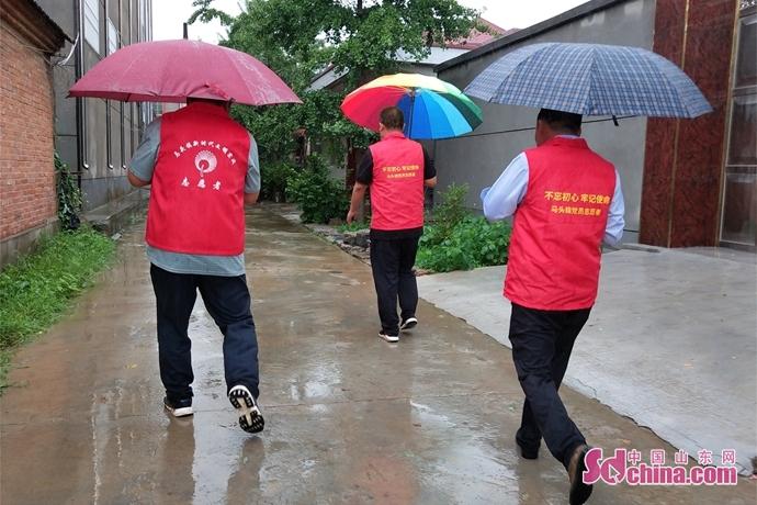 """山东郯城:社区志愿者上演""""雨中情"""""""