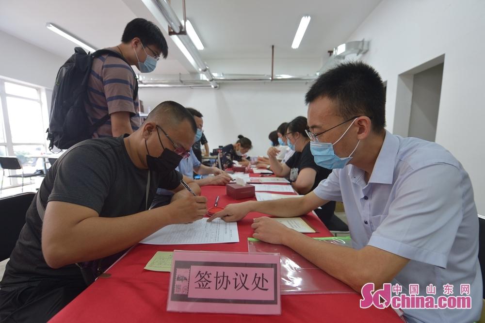 <br/>  7月23日,在山东省青岛市李沧区文昌路820号,居民正在签署保障性住房租赁协议。<br/>