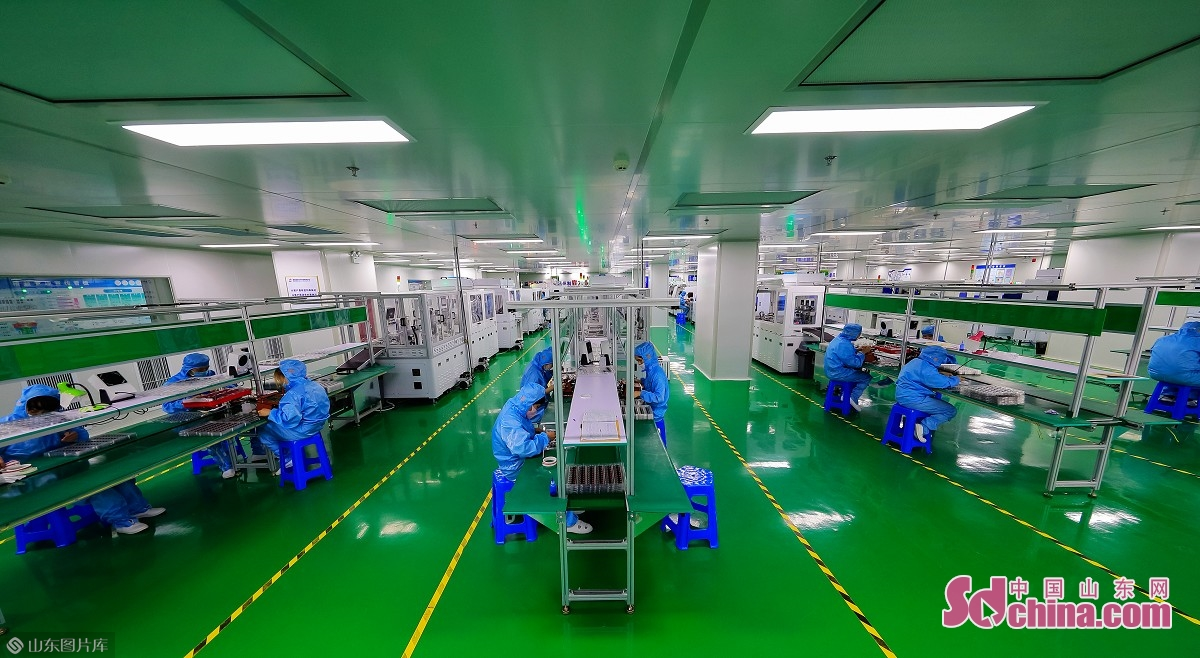 威海南海新区电子信息产业园,由深圳市比尔瑞实业发展有限公司投资60亿元建设,占地面积约600亩,规划建设厂房、商务办公楼、科技孵化楼及生活配套设施约80万平方米。一期占地286亩,计划投资30亿元,规划建筑面积33.4万平方米,已经投入使用。<br/>  威海南海新区电子信息产业园按照产业+供应链金融+园区+项目的发展模式,开展链式招商,目前已经吸引安屯尼智能电子、来电科技、飞毛腿电池、劲鹿电池等20多家新一代信息技术企业入驻,打造智能加工企业聚集、高科技密集型新动能产业园。到2022年连同B区全部建成投产,将引进50家以上企业进驻,以园区发展带动产业聚集,形成龙头带动、链条齐备、配套互补、集聚发展的格局,产业销售收入达到500亿元。<br/>