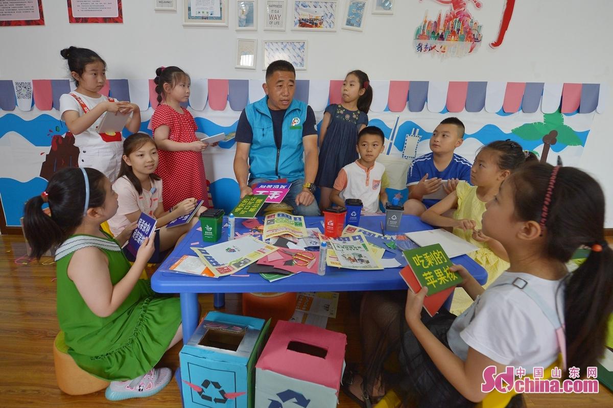 <br/>  7月29日,青岛市镇江路街道的工作人员为孩子们讲解垃圾分类知识。<br/>