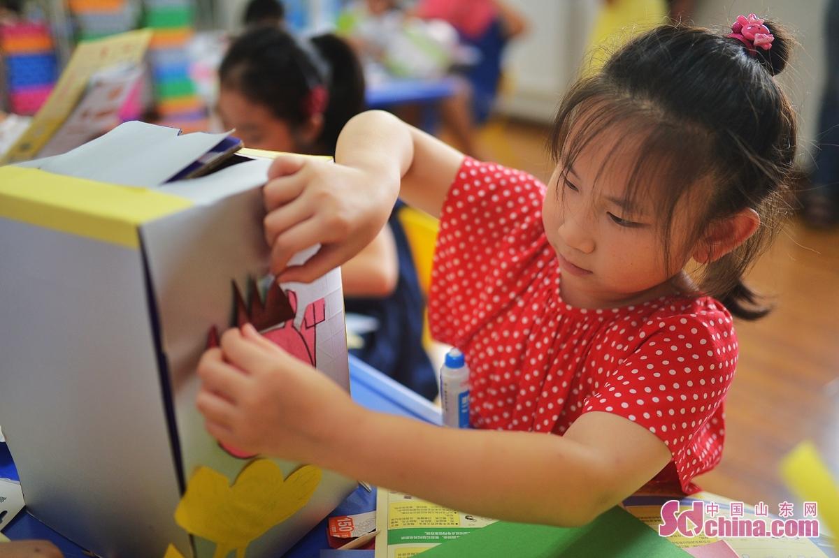 <br/>  7月29日,来自青岛崂山新世纪学校的学生在社区生活馆体验制作垃圾分类箱。<br/>