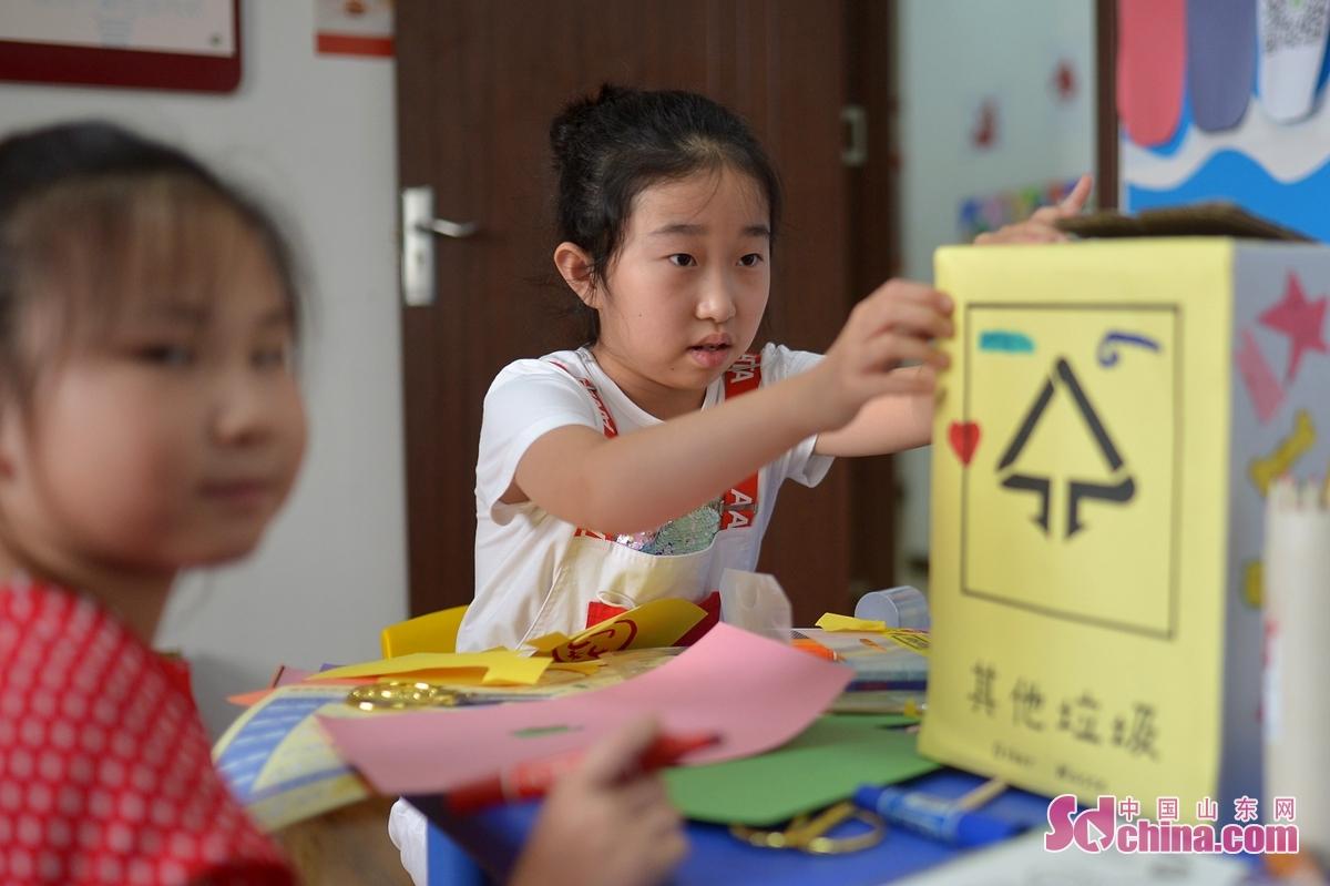<br/>  7月29日,来自青岛洮南路小学的学生在社区生活馆体验制作垃圾分类箱。<br/>