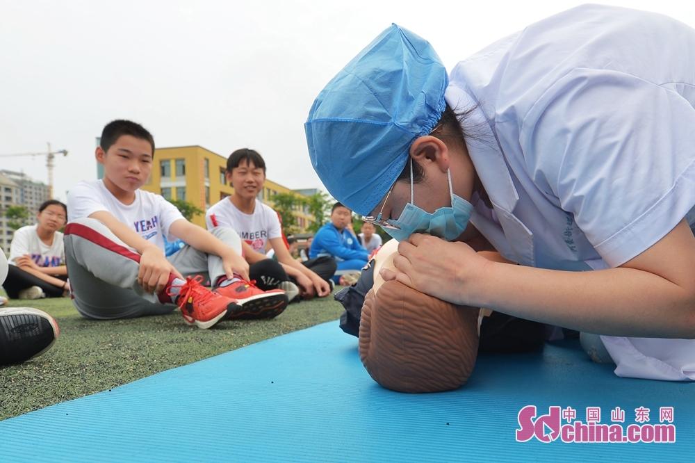 <br/>  7月5日,青岛市城阳区河套街道汇海小学开展暑期防溺水安全教育主题活动现场,街道医护人员为学生示范人工呼吸要领。<br/>
