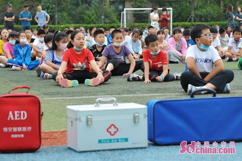<br/>  7月5日,青岛市城阳区河套街道汇海小学开展暑期防溺水安全教育主题活动现场,学生们在操场接受暑期安全教育。
