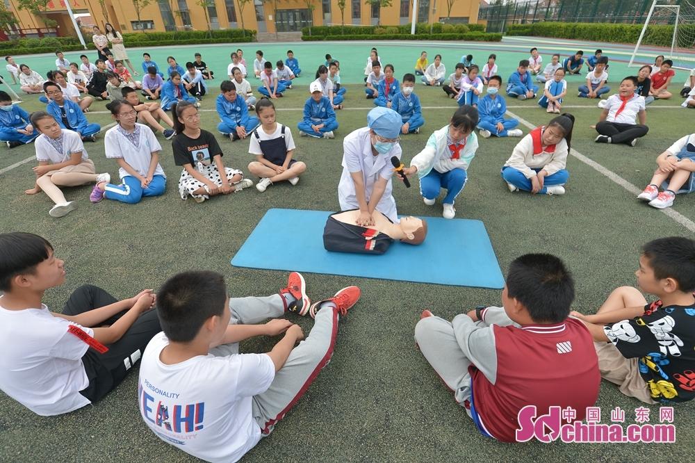 <br/>  7月5日,青岛市城阳区河套街道汇海小学开展暑期防溺水安全教育主题活动现场,街道医护人员为学生讲解心肺复苏技能。<br/>