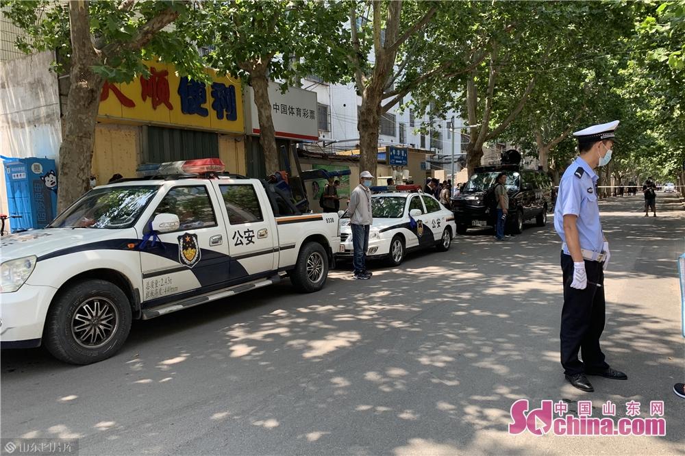 <br/><br/>  交通警察は試験場の外で秩序を守っている。<br/>