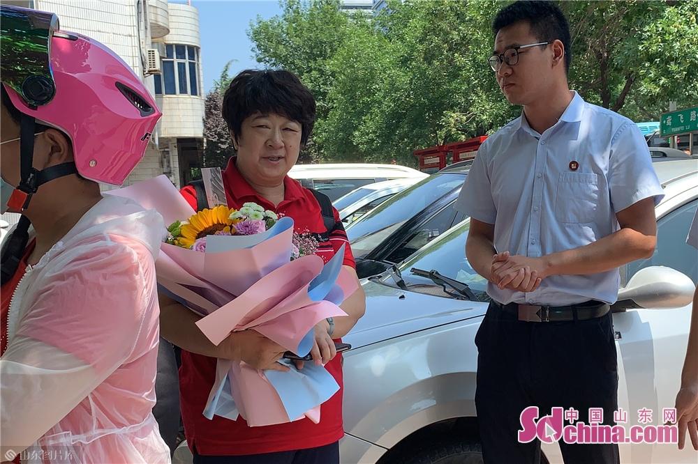 <br/><br/>  花束を抱いている保護者は受験生を待っている。<br/>