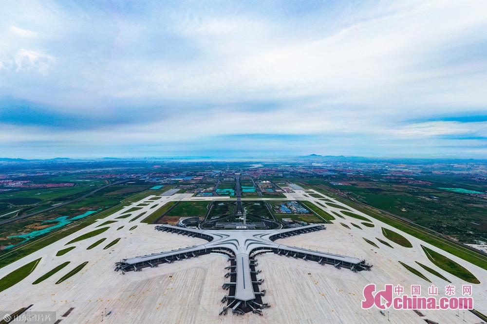 <br/>  青岛胶东国际机场位于中国山东省青岛市胶州市胶东街道前店口村,于2015年底开工建设,项目总投资415.66亿元,定位为区域性枢纽机场、面向日韩的门户机场。该机场是山东首座4F级国际机场,为目前国际上最高飞行区等级,拥有两条3600米的跑道。<br/>