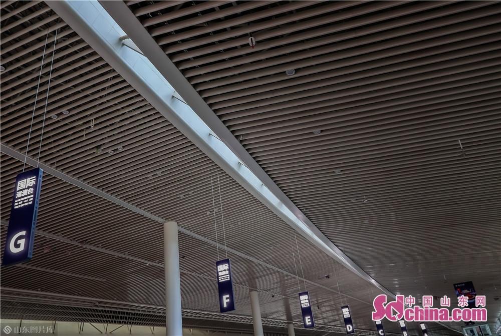 <br/>  青岛胶东国际机场航站楼面积47.8万平方米,设97座登机廊桥;站坪共设178个机位,其中76个为近机位,可满足2025年旅客吞吐量3500万人次、货邮吞吐量50万吨、飞机起降29.8万架次的使用需求。<br/>
