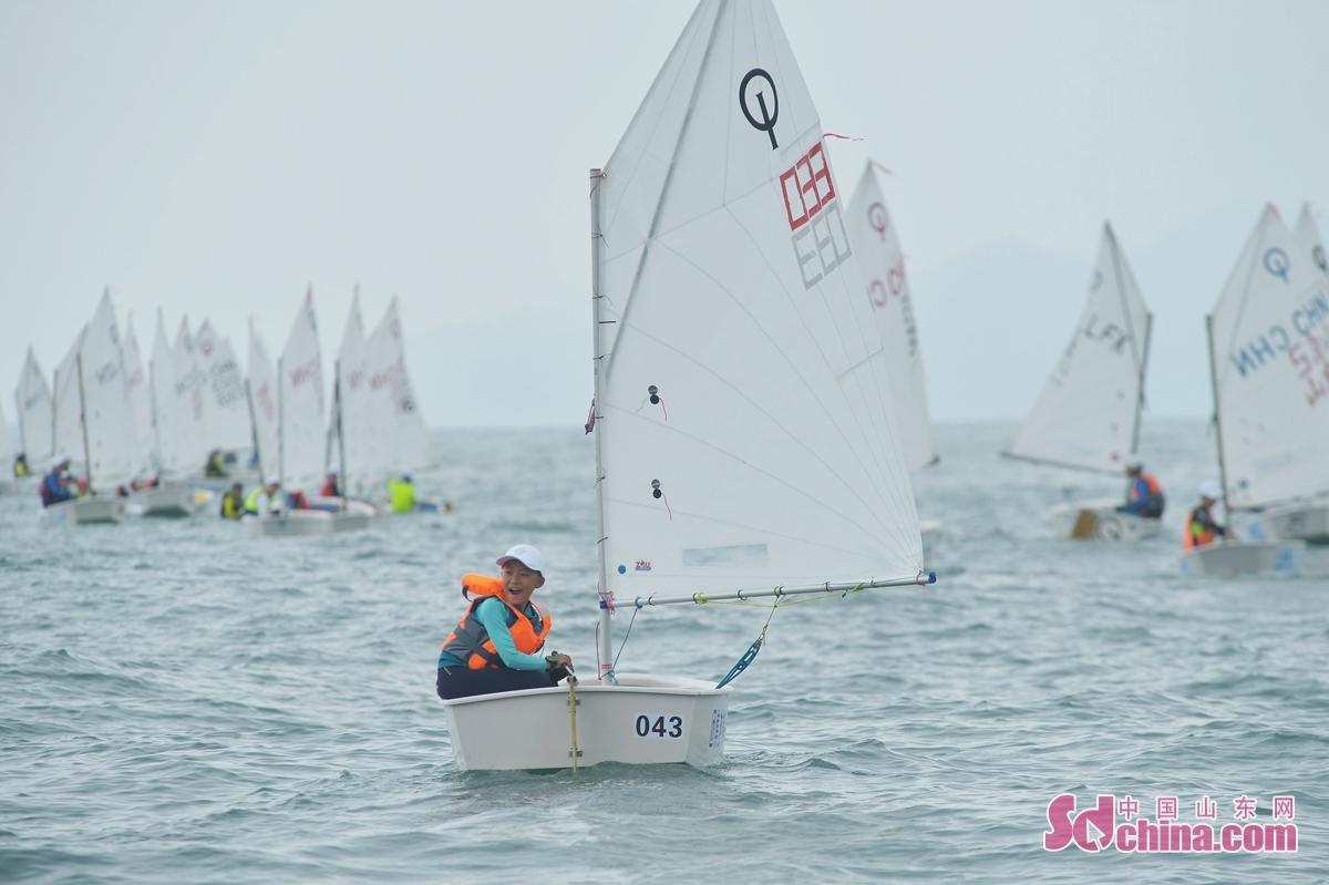 <br/>  8月8日,青岛国际帆船周&middot;海洋节扬帆开赛,国际OP营的小选手争先恐后奋力冲线。<br/>