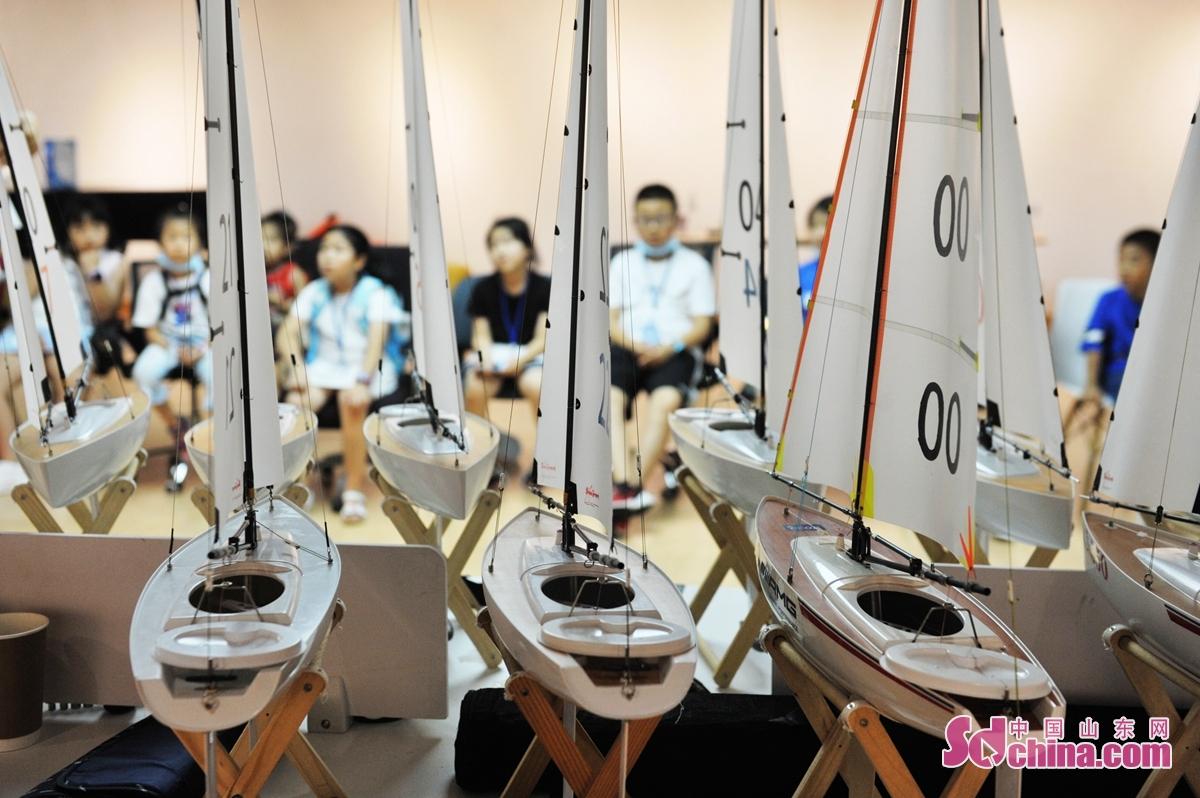 8月12日、第12回青島国際ヨット週・海洋祭のイベントで、青島からの小学生は航海知識を学んだ同時に、ヨットおもちゃを体験し、航海の夢を叶えよう。<br/>