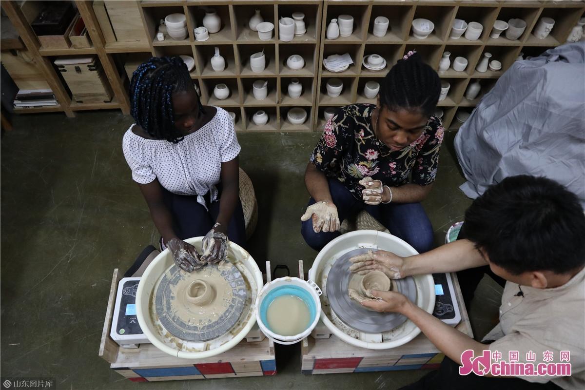 中国的陶器历史悠久,听完王令涛对陶塑的介绍后,外国友人亲自体验陶塑的拉胚,虽然手法生疏,最终成功做出了雏形。<br/>