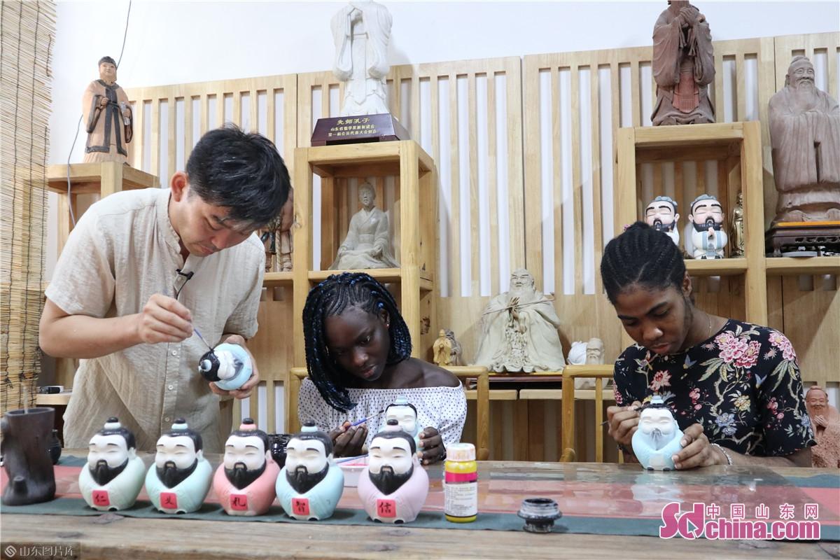 8月17日,感知山东外国友人体验活动带领来自尼日利亚的两位外国友人来到印象济南王令涛陶塑工作室,体验非遗文化陶塑的魅力。<br/>