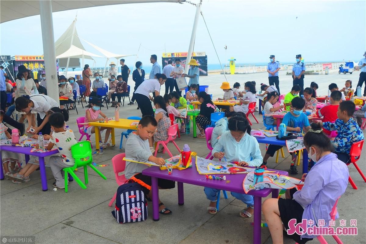 <br/>  开幕式现场精心策划了舞台区、观众区、亲子风筝涂鸦区、风筝放飞区,配合青少年舞蹈、儿童平衡车展示、少儿沙滩足球比赛、海洋科普馆体验等系列活动,将互动与体验完美结合,让孩子们在畅游中收获快乐与成长。<br/>
