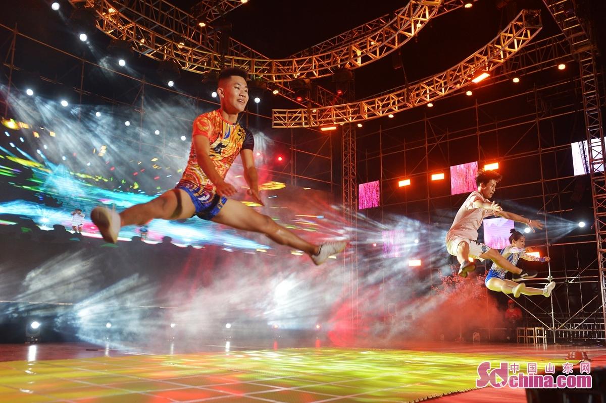 <br/>  8月28日,社区舞蹈演员在青岛城阳红岛街道第十九届市民文化艺术节暨孝亲节颁奖典礼上为社区居民表演。<br/>