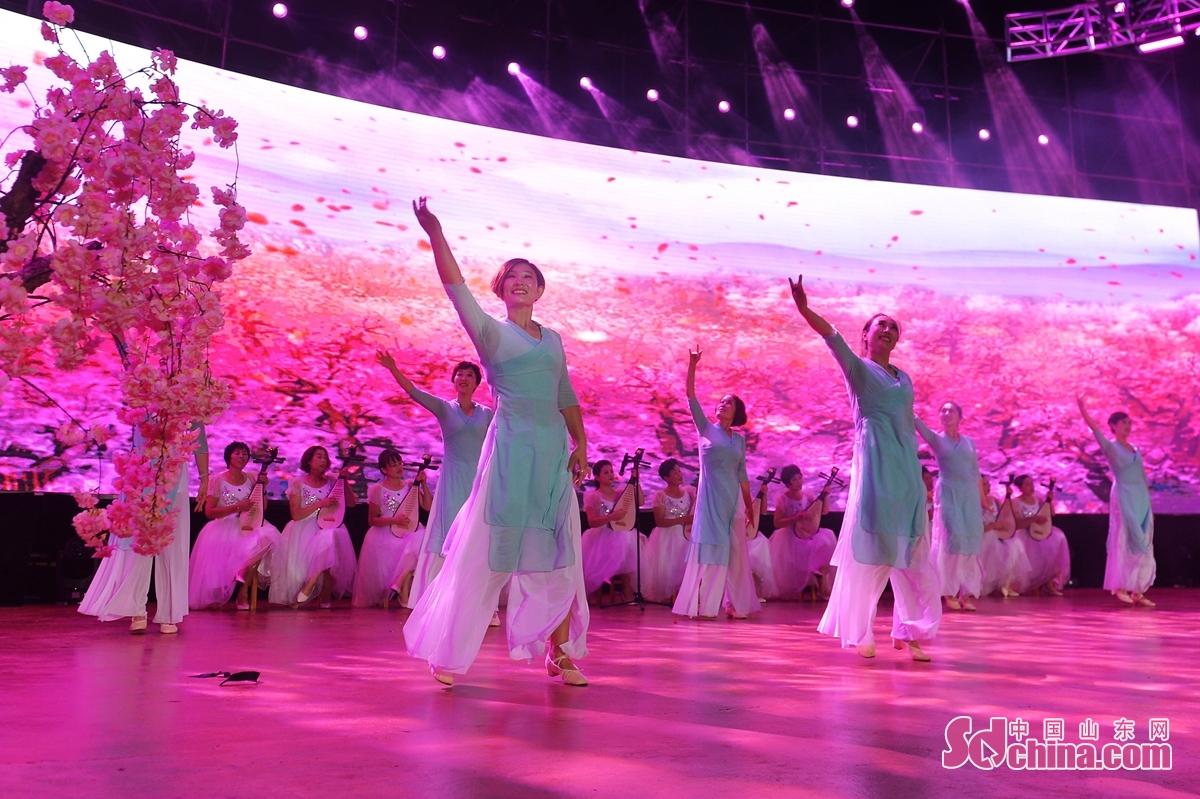 <br/>  8月28日,居民在青岛城阳红岛街道第十九届市民文化艺术节暨孝亲节颁奖典礼上表演歌舞节目。<br/>