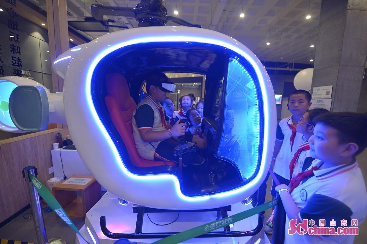 <br/>  9月15日,孩子们体验VR直升机。<br/>