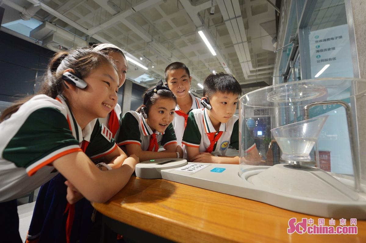 <br/>  9月15日,孩子们参观了解&ldquo;缓慢蒸发&rdquo;装置。<br/>
