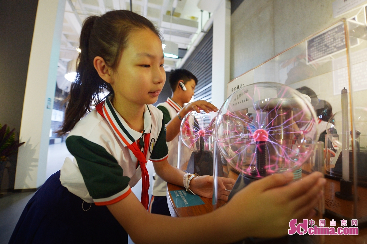 <br/>  9月15日,孩子们体验&ldquo;等离子管&rdquo;装置。<br/>