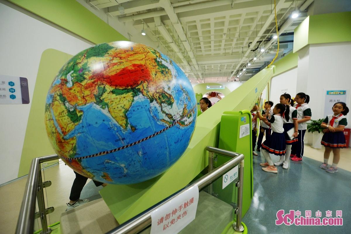 <br/>  9月15日,孩子们体验&ldquo;撬动地球&rdquo;力学装置。
