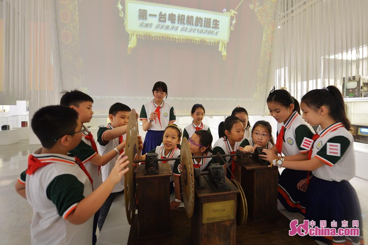 <br/>  9月15日,孩子们参观了解世界第一台电视机装置。<br/>