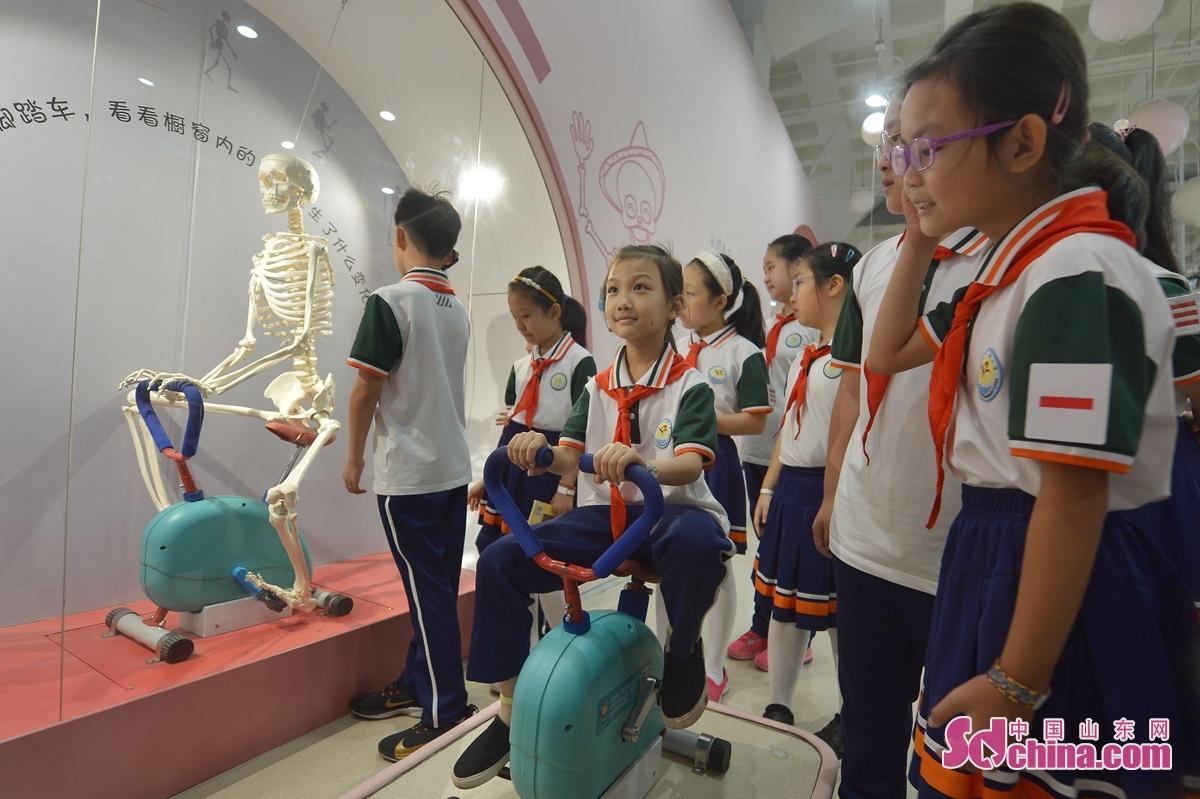 <br/>  9月15日,孩子们体验&ldquo;认识自己&rdquo;运动装置。<br/>