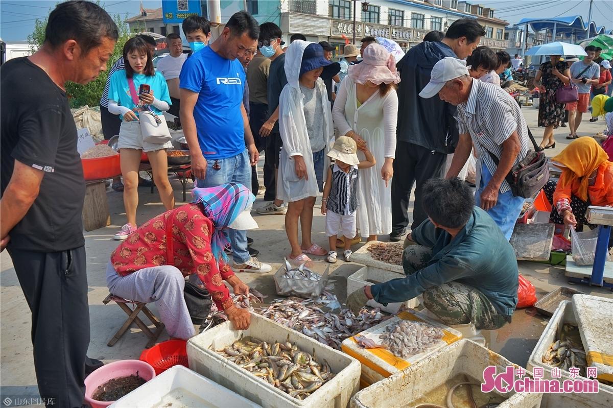 <br/><br/>  多くのお客さんは海鮮を買っている。<br/>
