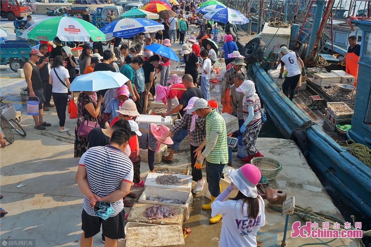 <br/><br/>  多くのお客さんは海鮮を買っている。