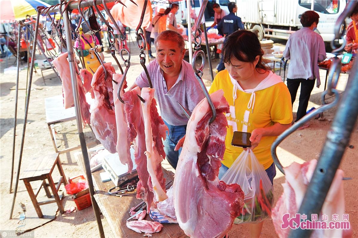 <br/>  2020年9月5日,在青岛市城阳区上马街道乡村大集上,市民前来选购猪肉。 (王海滨 摄)<br/>