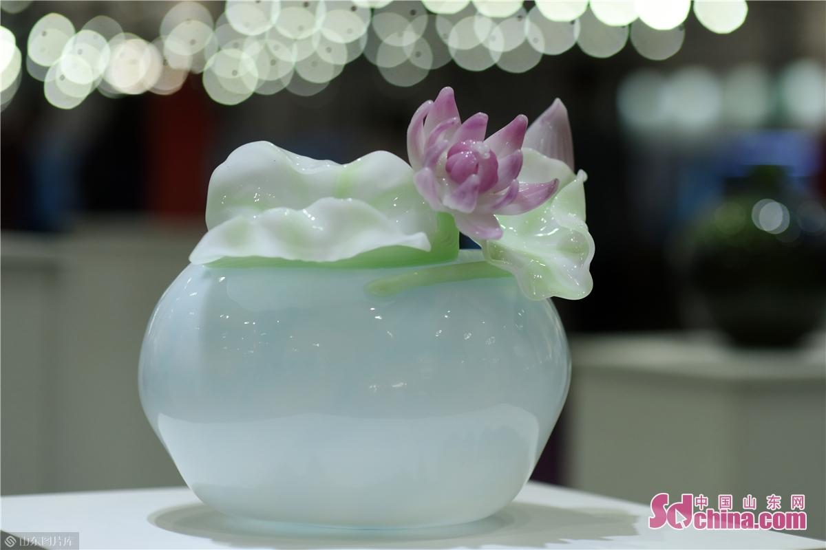 <br/>  徐月柱从业40年来,苦心钻研琉璃热成型吹制技艺之法,并不断创新学习,注重吸收中国传统美术、国际琉璃艺术的流行元素,取长补短,凭借对琉璃工艺独特的见解与艺术灵感,创作出了一大批具有代表性的琉璃作品。<br/>