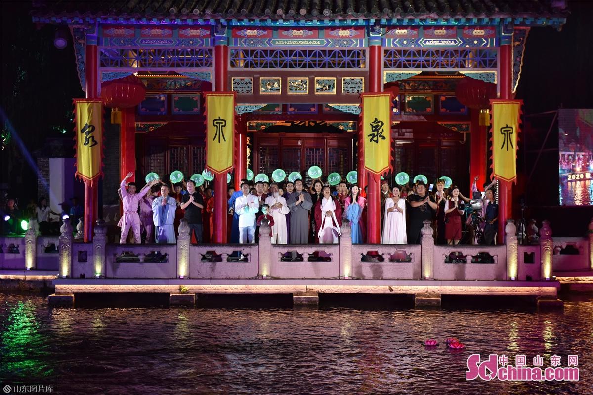 <br/>  9月6日晚8:00,2020敬泉盛典暨第八届济南国际泉水节启动活动在天下第一泉风景区趵突泉畔隆重举行。(王平 摄)